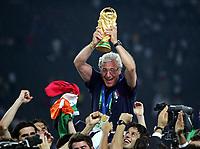 Fotball<br /> VM 2006<br /> Finale<br /> Frankrike v Italia<br /> 09.07.2006<br /> Foto: Witters/Digitalsport<br /> NORWAY ONLY<br /> <br /> Italien Trainer Marcello Lippi mit WM Pokal Italien Weltmeister 2006<br /> Fussball WM 2006 Finale Italien - Frankreich 6:5 n.E.