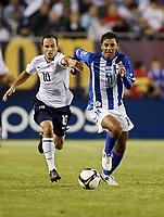 Fotball<br /> 06.06.2009<br /> USA v Honduras<br /> Foto: Gepa/Digitalsport<br /> NORWAY ONLY<br /> <br /> Bild zeigt Landon Donovan (USA) und Mauricio Sabillon (HON)