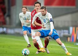 Gylfi Sigurdsson (Island) og Thomas Delaney (Danmark) under kampen i Nations League mellem Danmark og Island den 15. november 2020 i Parken, København (Foto: Claus Birch).