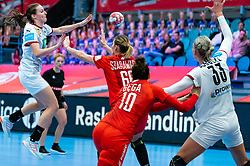 Julia Maidhof of Germany, Joanna Szarawaga of Poland during the Women's EHF Euro 2020 match between Germany and Poland at Sydbank Arena on december 07, 2020 in Kolding, Denmark (Photo by RHF Agency/Ronald Hoogendoorn)
