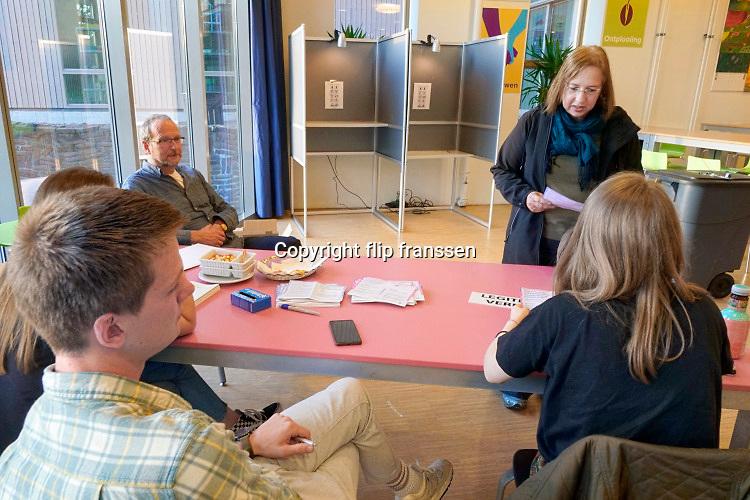 Nederland, Ubbergen, 23-5-2019 Kiezers, burgers, stemgerechtigden, brengen hun stem uit voor het europees parlement bij het stembureau in een middelbare school . Foto: Flip Franssen