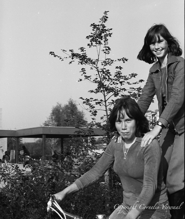 Ammerse jeugd anno 1977  bij de Lagere School