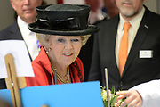Hare Majesteit de Koningin woont dinsdagmiddag 12 maart in Bergen (NH) de viering bij van het 50-jarig bestaan van de Europese School Bergen.<br />  <br /> De Europese School is opgericht door de Europese Unie en biedt meertalig onderwijs aan kinderen van werknemers van Europese instellingen en internationale bedrijven. <br /> <br /> Her Majesty the Queen visits on Tuesday 12 March in Bergen (NH) the celebration of the 50th anniversary of the European School Bergen.<br />  <br /> The European School was founded by the European Union and provides multilingual education to children of employees of EU institutions and international companies.<br /> <br /> Op de foto / On the Photo:  Koningin Beatrix krijgt een rondleiding over de school // Queen Beatrix get a tour of the school
