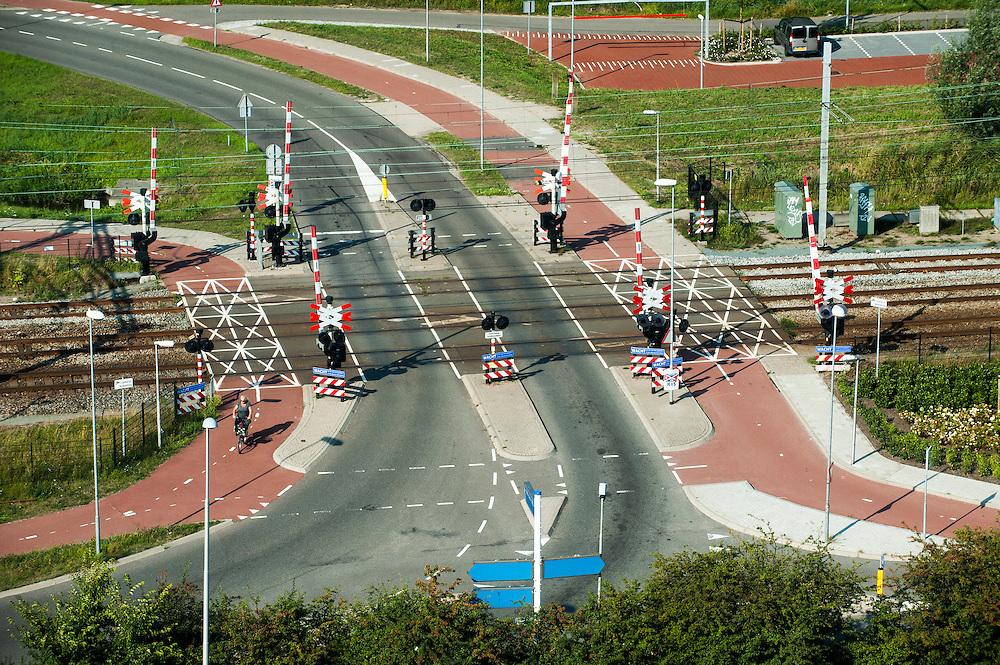 Nederland, Halfweg, 29 aug 2013<br /> Uitzicht vanaf de voormalige suikersilo's bij Halfweg op het spoor. Tegenwoordig heet de suikerfabriek Sugar City en is het gedeeltelijk verhuurd aan kantoren. Ook kunnen er evenementen georganiseerd worden. De silo's zijn mooi gerenoveerd en van een strak design voorzien, waardoor het een bijzondere blikvanger wordt halverwege Amsterdam en Haarlem.<br /> <br /> Foto(c): Michiel Wijnbergh