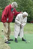 Marlof Strumphler geeft 1 keer week de bewoners van Bejaardentehuis Oldenhove in Overveen golfles. Mevrouw S. Leitstikow (89) krijgt les. Foto Koen Suyk