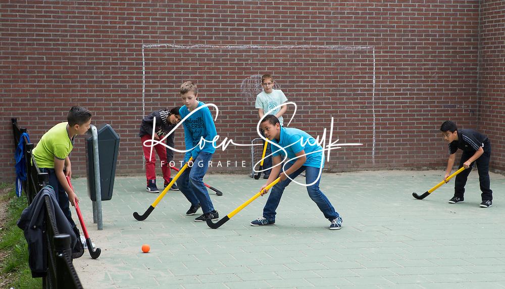 ZOETERMEER - Hockey tijdens de pauze op het schoolplein bij de basisschool de Touwladder. COPYRIGHT KOEN SUYK