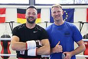Boxen: Hamburg, 08.12.2020<br /> Edi Kadrija (Boxen im Norden) und Trainer Mark Haupt<br /> © Torsten Helmke