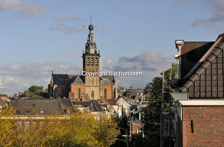 Nederland, Nijmegen, 6-10-2020  De protestantse Stevenskerk met omliggende historische panden in het centrum van de stad. Hij wordt vooral gebruikt voor culturele manifestaties en bijeenkomsten , en nauwelijks als gebedshuis .Foto: ANP/ Hollandse Hoogte/ Flip Franssen