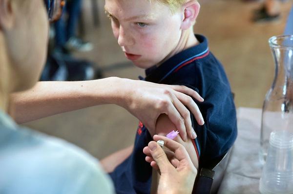 Nederland, Nijmegen, 18-10-2018 De GGD gelderland zuid houdt een inentingscampagne voor jongeren tegen de meningokokkenbacterie en baarmoederhalskanker bij meisjes, jonge vrouwen. Foto: Flip Franssen