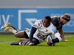 Niyi Adeolokun of Bristol Bears scores his team's 4th Try beating James Chisholm of Harlequins - Mandatory by-line: Matt Impey/JMP - 26/12/2020 - RUGBY - Twickenham Stoop - London, England - Harlequins v Bristol Bears - Gallagher Premiership Rugby