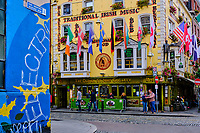 République d'Irlande, Dublin, quartier de Temple Bar, le pub The Oliver St. John Gogarty // Republic of Ireland; Dublin, the touristic Temple Bar area, The Oliver St. John Gogarty pub