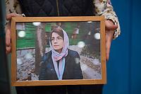 DEU, Deutschland, Germany, Berlin, 10.12.2020: Bundespressekonferenz zur Menschenrechtslage im Iran. Eine Frau hält ein Bild in der Hand, das Nasrin Sotudeh zeigt, eine iranische Rechtsanwältin und Menschenrechtsaktivistin. Sotoudeh gehört zu den diesjährigen Preisträgern des Alternativen Nobelpreises. Nach einem kurzen Hafturlaub ist sie wieder in einem iranischen Gefängnis in Haft.