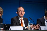 DEU, Deutschland, Germany, Berlin, 25.09.2017: Wahlforscher Matthias Jung (Forschungsgruppe Wahlen) zu den Ergebnissen der Bundestagswahlen.