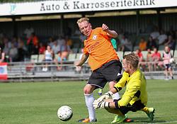Jonathan Nielsen (FC Helsingør) i duel med Rasmus Pryts (Avarta) under kampen i 2. Division Øst mellem Boldklubben Avarta og FC Helsingør den 19. august 2012 i Espelunden. (Foto: Claus Birch).