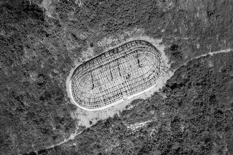 Vista aérea de oca estrutural da aldeia nova, aguardando cobertura de sapê. Aldeia Ipatse, etnia Kuikuro, Alto Xingu.