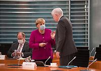 DEU, Deutschland, Germany, Berlin, 14.10.2020: Bundeskanzlerin Dr. Angela Merkel (CDU) mit Mund-Nase-Bedeckung im Gespräch mit Bundesinnenminister Horst Seehofer (CSU) vor Beginn der 116. Kabinettsitzung im Bundeskanzleramt. Aufgrund der Coronakrise findet die Sitzung derzeit im Internationalen Konferenzsaal statt, damit genügend Abstand zwischen den Teilnehmern gewahrt werden kann.