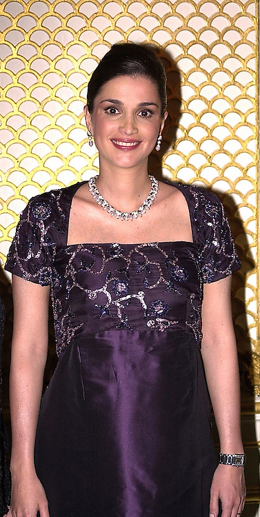HM QUEEN RANIA OF JORDAN at a dinner in <br /> London on 21st June 2000.OFR 87<br /> © Desmond O'Neill Features:- 020 8971 9600<br />    10 Victoria Mews, London.  SW18 3PY <br /> www.donfeatures.com   photos@donfeatures.com<br /> MINIMUM REPRODUCTION FEE AS AGREED.<br /> PHOTOGRAPH BY DOMINIC O'NEILL