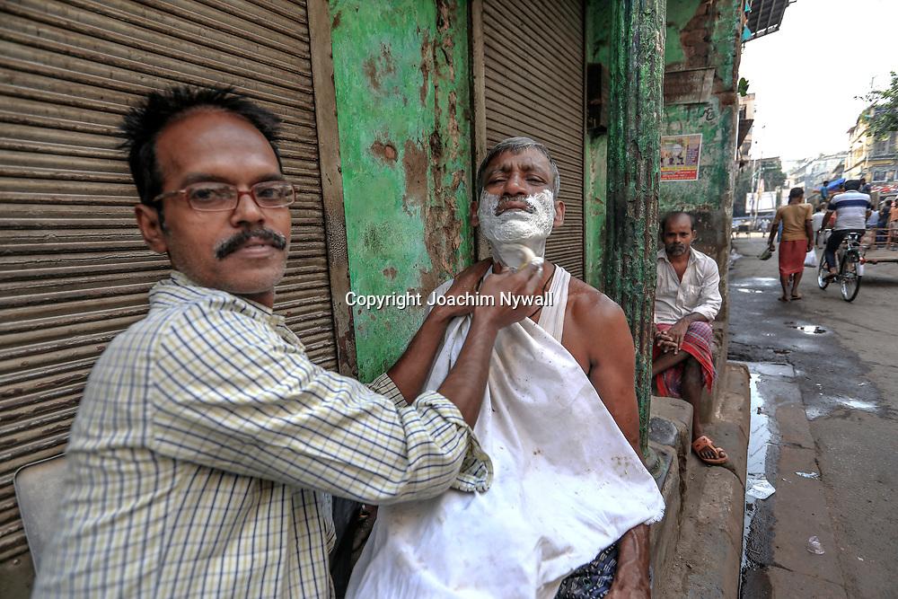 20171029 Kolkata Calcutta Indien<br /> Barberare som rakar en man<br /> <br /> ----<br /> FOTO : JOACHIM NYWALL KOD 0708840825_1<br /> COPYRIGHT JOACHIM NYWALL<br /> <br /> ***BETALBILD***<br /> Redovisas till <br /> NYWALL MEDIA AB<br /> Strandgatan 30<br /> 461 31 Trollhättan<br /> Prislista enl BLF , om inget annat avtalas.