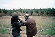Nederland, Groesbeek, 1-5-1999..Instructeur geeft aanwijzingen aan recreantschutter op het kleiduivenschietterrein. Loodvervuiling, grondvervuiling, schietsport, vuurwapen...Foto: Flip Franssen/Hollandse Hoogte