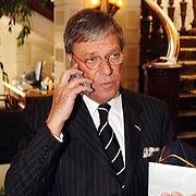 Uitreiking Max Heijmansprijs, Frans Molenaar aan de telefoon, gsm