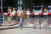 Giżycko, 2006-07-12. Pracownik otwierający most obrotowy na kanale Łuczańskim.s