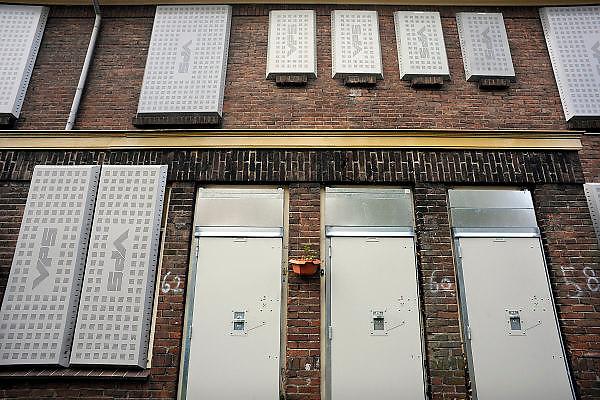 Nederland, Nijmegen, 14-10-2008Oude en verouderde woningen in het Willemskwartier zijn ontoegankelijk gemaakt in afwachting van hun sloop. De buurt wordt gerenoveerd, en als alle bewoners vervangende woonruimte hebben worden de huizen door nieuwbouw vervangen.Old and obsolete housing in the Willemskwartier are inaccessible in anticipation of their demolition. The neighborhood is being renovated, and will be replaced by new houses.Foto: Flip Franssen/Hollandse Hoogte