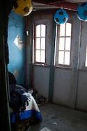 L'angolo in cui dorme Eva, Ha trovato alcuni palloni che vende ai bambini.