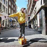 Nederland, Amsterdam , 14 juni 2011..Amsterdam Underground Stadwandeling..Voormalige dakloze Mickey leidt een groep geinteresseerden en journalisten rond in het centrum rond de Wallen..Amsterdam Underground is een initiatief van De Regenboog Groep, geïnspireerd op Utrecht Underground. Doel van het project is maatschappelijke participatie van dak- en thuislozen die als stadsgids aan de slag kunnen gaan. Zij ontvangen daarvoor een training, regelmatige intervisie, kleding, telefoon, schoenen en salaris. De wandelingen zijn bedoeld voor inwoners, bestuurders, bedrijven en toeristen en zullen te zijner tijd ook door buitenlands sprekende gidsen worden gegeven..Former homeless Mickey leads a group of interested people and journalists around the center of Amsterdam around the Wallen (red light district), part of the initiative of foundation Regenboog to get former junks and/or homeless back into society.