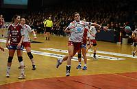 Håndball Postenligaen Byåsen-Larvik<br /> 17 oktober 2012<br /> Trondheim Spektrum, Trondheim<br /> <br /> Larviks Linn-Kristin Riegelhuth Koren fyrer løs. Til venstre : Byåsens June Andenæs<br /> <br /> <br /> Foto : Arve Johnsen, Digitalsport