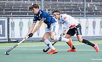 AMSTELVEEN - Miles Bukkens (Pinoke) met Johannes Mooij (Amsterdam)  , tijdens de    hoofdklasse hockeywedstrijd mannen,  AMSTERDAM-PINOKE (1-3) , die vanwege het heersende coronavirus zonder toeschouwers werd gespeeld. COPYRIGHT KOEN SUYK