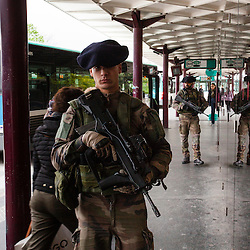 Patrouilles en Ile de France de militaires du 13ème bataillon de Chasseurs Alpins dans le cadre de l'Opération Sentinelle pour faire face à la menace terroriste sur le territoire français.<br /> Avril 2016 / Boulogne (92) / FRANCE<br /> Voir le reportage complet (94 photos) http://sandrachenugodefroy.photoshelter.com/gallery/2016-04-Patrouille-Sentinelle-Complet/G00005CEzFVsQK3o/C0000yuz5WpdBLSQ