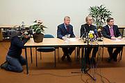 Tijdens een persconferentie presenteren de  Konferentie Nederlandse Religieuzen (KNR) en de Bisschoppenconferentie een gezamenlijk communiqué naar aanleiding van het onderzoeksrapport van de commissie Deetman. Links zit Cees van Dam van de KNR, in het midden bisschop De Korte.<br /> <br /> Cees van Dam (left) and bishop De Korte (center) at a press conference about the report of a commission who investigated the sexual abuse in the Catholic Church.