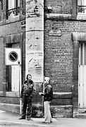 Frankrijk, Charleville Mezieres, 20-6-1987 Reisreportage voor een reisnummer van Intermediair van een tocht over de Maas in een klein motorjachtje, van Maasbracht in Nederland tot aan Charleville-Mezieres in N.- Frankrijk. Sluisjes die handmatig bediend werden, maar ook een bij Ternaaien met een hoogteverschil van 12 meter.. Het was een reportage van 'slow journalism'. Varend op de rivier verandert het besef van tijd en snelheid. Foto: Flip Franssen