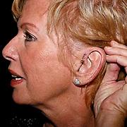 NLD/Zaandam/20081207 - Premiere Op Hoop van Zegen, Ria Valk met hechtingen aan haar oor