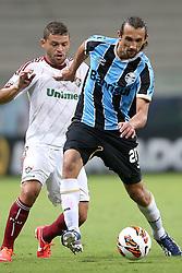 Hernan Barcos disputa bola com Edinho do Fluminense durante partida da Libertadores da América, na Arena do Grêmio, em Porto AlegreFOTO: Jefferson Bernardes/Preview.com