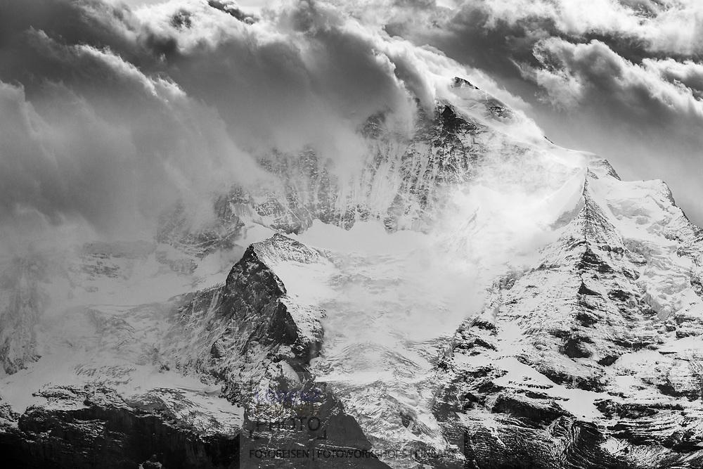 Blick vom Niederhorn auf die Jungfrau in Wolken und Nebel; Interlaken, Bern, Schweiz<br /> <br /> View from the Niederhorn to the Jungfrau in clouds and fog; Interlaken, Bern, Switzerland