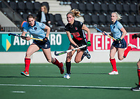 AMSTELVEEN -   Kimberly Thompson (A'dam) met links Caroline Hollema (Lar)  tijdens   de oefenwedstrijd tussen Amsterdam en Laren dames   COPYRIGHT KOEN SUYK