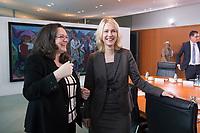14 JAN 2014, BERLIN/GERMANY:<br /> Andrea Nahles (L), SPD, Bundesarbeitsministerin, und Manuela Schwesig (R), SPD, Bundesfamilienministerin, im Gespraech, vor Beginn der Kabinettsitzung, Bundeskanzleramt<br /> IMAGE: 20150114-01-010<br /> KEYWORDS: Sitzung, Kabinett, Gespräch