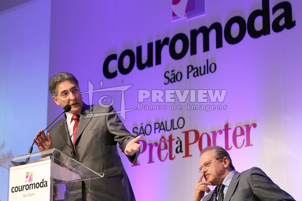 O ministro do desenvolvimento e comercio exterior, Fernando Pimentel, durante Abertura oficial da COUROMODA 2011, maior feira de calçados e acessórios de moda da América Latina, que acontece de 17 a 20 de janeiro, no Parque Anhembi, em São Paulo. FOTO: Jefferson Bernardes / Preview.com