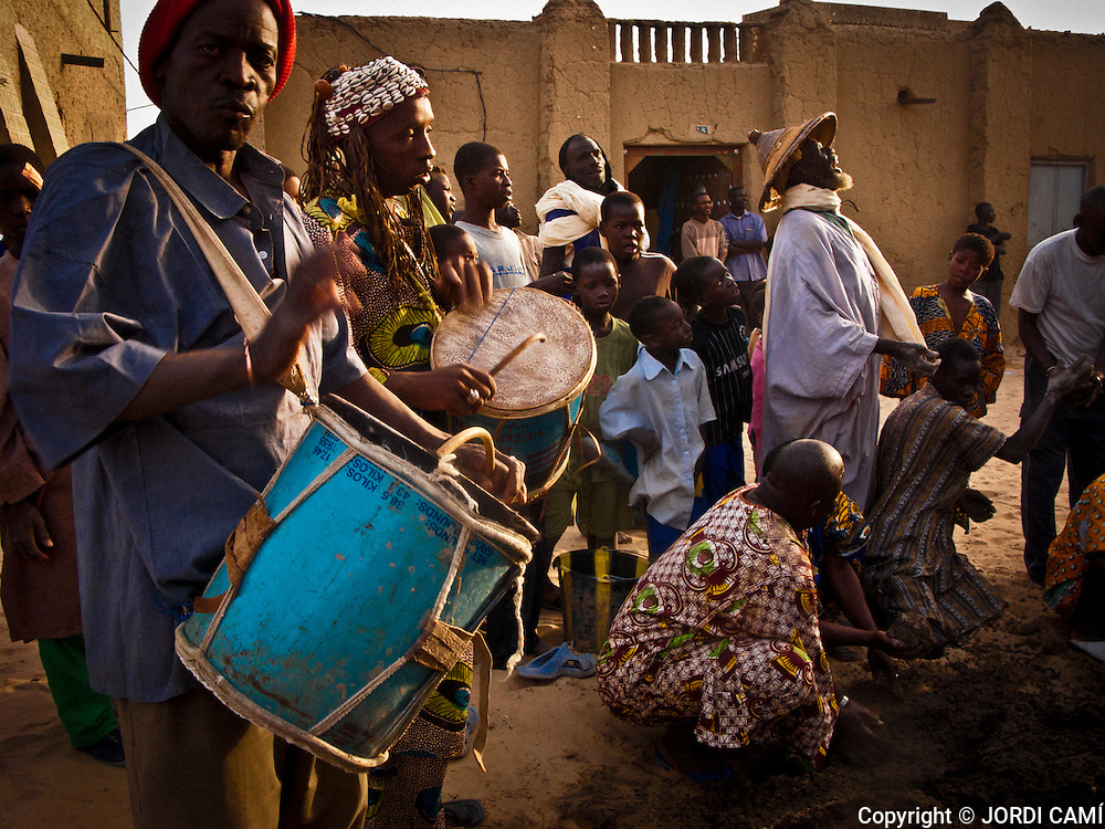 Musicians at  the Crepissage festival . Restoration with fresh mud of t he Sankore mosque C.Built in 15th-16th centuries . Timbuktu city. Timbuktu region. Mali.