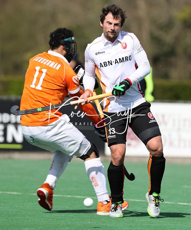 BLOEMENDAAL - Sander Baart (Oranje Rood) met uitloper Glenn Schuurman (Bldaal)  tijdens  de hoofdklasse hockeywedstrijd heren , Bloemendaal-Oranje Rood  (3-1).  COPYRIGHT  KOEN SUYK