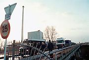 Nederland, Doodewaard, december 2000Het eerste kerntransport op weg naar Sellafield in Engeland. Kernenergie, Milieu, politie, GreenpeaceFoto: Flip Franssen/Hollandse Hoogte