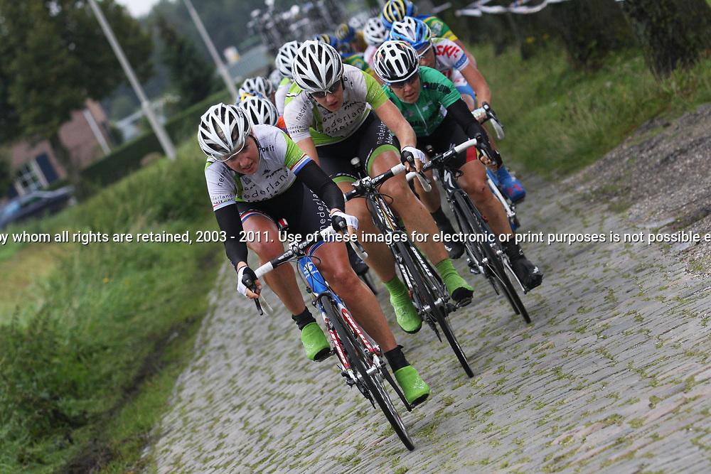 Loes Gunnewijk voert de forcing op de kasseien in de derde etappe Holland Ladies Tour rond Breda