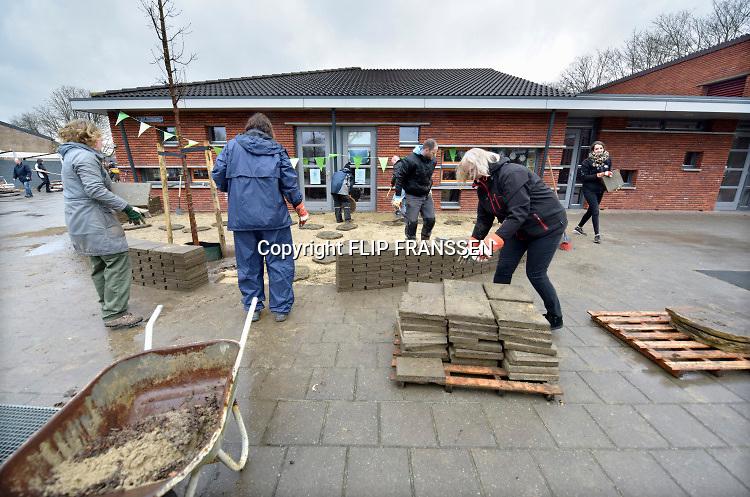 Nederland, Winssen, 16-3-2019In de regio vinden veel activiteiten plaats in het kader van de NLdoet actiedag. De speelplaats van de basisschool wordt groen gemaakt. Tegels eruit, groen erin.Foto: Flip Franssen