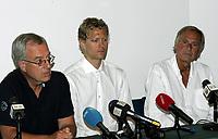 Friidrett<br /> 20.07.2010<br /> Foto: Morten Olsen, Digitalsport<br /> <br /> Pressekonferanse Norges Fri-idrettsforbund<br /> Ullevaal Stadion<br /> Anledning av at kappgjengeren Erik Tysse har avlagt en positiv dopingprøve<br /> <br /> L-R:<br /> Gunnar Martin Kjenner - Erik Tysse - Helge Oftebro