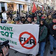 NLD/Amsterdam/20051105 - Afzettingen voor een demonstratie in de PC Hoofdstraat Amsterdam tegen het gebruik van bont, spandoek