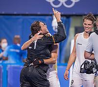 TOKIO - keeper Vincent Vanasch (Bel) kan zijn geluk niet op  . rechts Felix Denayer (Bel)  Opnieuw vreugde na  de hockey finale mannen, Australie-Belgie (1-1), België wint shoot outs en is Olympisch Kampioen,  in het Oi HockeyStadion,   tijdens de Olympische Spelen van Tokio 2020. COPYRIGHT KOEN SUYK