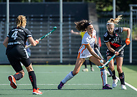 AMSTELVEEN -  Thirsa Kho (Oranje Rood) met Kira Horn (Amsterdam)   tijdens de hockey hoofdklasse competitiewedstrijd  dames, Amsterdam-Oranje Rood (2-1).  COPYRIGHT KOEN SUYK