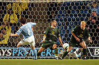 Fotball<br /> Premier League 2004/05<br /> Manchester City v Norwich<br /> 1. november 2004<br /> Foto: Digitalsport<br /> NORWAY ONLY<br /> Norwich City's Simon Charlton handles Robbie Fowler's shot on the line but the referee waves away the penalty appeals