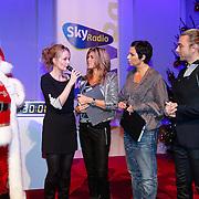 NLD/Hilversum/20121207 - Skyradio Christmas Tree, Marleen Sahulpala en de jury Kim Kotter, Dyanne Beekman en Tom Sebastian met de kerstman